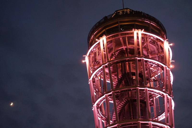 江ノ島展望台と月。